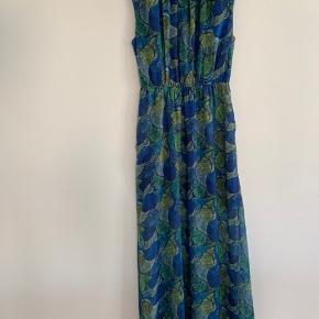 En smuk og farverig kjole fra Monki. 🌸 Gennemsigtig i det nederste stykke af kjolen, så man fornemmer benene lidt. 🌸 Fuldstændig som ny. 🌸 Passer en str S. 🌸 Mindstepris 150kr plus porto. 🌸