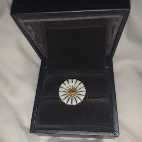 Sælger denne fine ring, 18 mm. Har fået i den i gave, og får den desværre ikke brugt. Æske medfølger. Sælger halskæde, ring og øreringe samlet for 1250 kr.