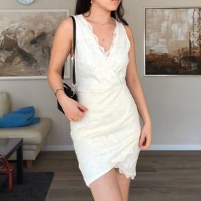 Super flot og elegant off-White (lidt cremet faktisk) blonde kjole fra H&M! Aldrig brugt, kun prøvet på!🌸  Str. S #30dayssellout