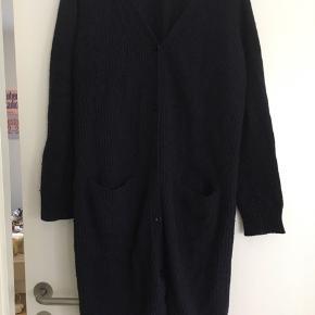 Lang navy cardigan fra Modström. Har to lommer foran. God men brugt stand, derfor prisen.