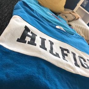 2 stk Tommy Hilfiger t-shirts Str. Large Brugt, men i fin stand.   Sælges samlet til 150kr
