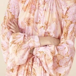 Blomstret kjole fra Stine Goya, str M  100% silke Passer både str 38 og 40 Brugt 1 gang Vasket på skåneprogram Ny pris: 3400kr   Mål: Skulder til bund: 120cm Skulder til håndled: 70cm Talje: 100cm (kan strammes ind med bindebånd