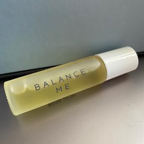 Ansigtsolie fra Balance Me. Denne face oil er af typen Rose Otto og er lavet af 100% naturlige ingredienser.  Produceret i England og med nem roller applikator, der gør det nemt at smøre på huden.   Aldrig brugt, da jeg ikke er til olier.  Skriv hvis du har spørgsmål.