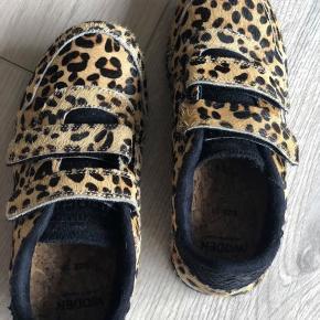 Flotte Leo sneakers fra Woden. Brugt få gange, ser ud som nye. Med Velcro og lækker bund. Nypris 599,-