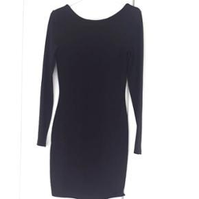 Kropsnær, kort sort kjole fra Mint & Berry str small. Helt klassisk og pæn. Lidt dybere udskæring på ryggen, se foto.   køb 3 og betal for 2 på alle mine annoncer (den billigste er gratis)