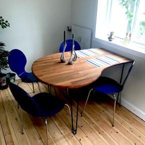 Hjemmelavet spisebord af massiv egetræ, som jeg har slebet grundigt og behandlet med en mahogni olie så den har fået et teaktræ look.   L:130 cm. B:70-100 cm. H:74 cm.