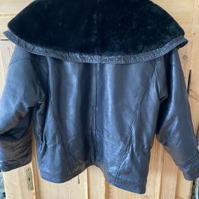 Vintage læderjakke med faux fur. Kan snøres ind i taljen og i halsen. Foret, så den er ikke kold.