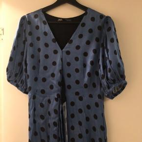 """Sælger min elskede polkaprikket kjole fra ZARA da jeg dsv ikke får den brugt. Den er brugt én gang til galla på min efterskole, som den blev købt til. Jeg har fået den syet sammen ved brystet da den var MEGET åben der, det kan nok godt sprættes op.  Den har de her """"balon"""" ærmer og så bindes den i siden.  Sælger kun hvis det rette bud kommer."""