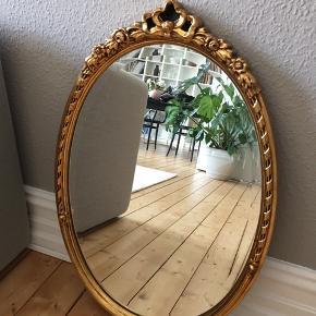 Overvejer at sælge vores elskede antikke vægspejl, da vi ikke rigtig har pladsen til det længere. 71x49 cm.  Realistiske bud er velkommen.  Hentes i Ågade i Aalborg - kan muligvis leveres hvis det ikke er for langt væk.