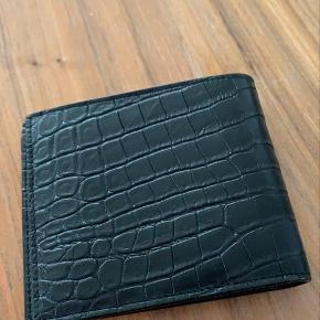Helt spritny Saint Laurent pung.  I krokodilleskind/look.  Den er ikke brugt!  Der medfølger alt fra butikken. Bytter også.