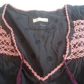 Meget fin bluse fra Odd Molly str 3, som typisk svarer til str L eller str 40 - 42. Farven er lys sort eller meget mørk grå  Se også mine andre annoncer med Odd Molly tøj