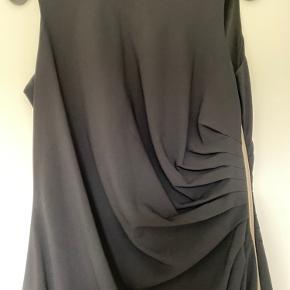 Smuk og enkel sort kjole. Str. 40 Fin detalje med den gennemgående lynlås.