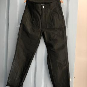 Smukke GANNI bukser i glinsende stof. Aldrig brugt.