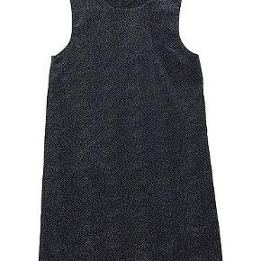 Blå kjole fra MINI A TURE. En flot og festlig mørkeblå kjole med guldglimmer.