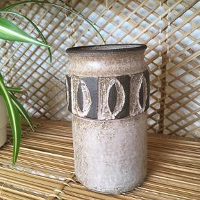 Retro vase fra Løvesmose. I stand som helt ny. 16 cm høj cirka.  Dansk design.  Virkelig fin :-)