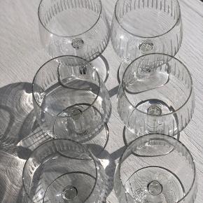 6 fantastisk smukke  antikke hvidvinsglas i krystal med elegante indgraverede striber. Alle uden skader og skår.  Højde 13cm Diameter 6cm Prisen er pr. Stk