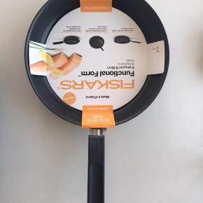 FISKARS pande  Kvittering 16.06.19, 399 kr. Non-stick  Tåler opvaskemaskine.  Inderside 2 lags PTFE Hardtec, og Fri for PFOA Ridser ikke kogezoner af glas.  Bakelit håndtag bliver ikke varmt under stegning.  Tåler ovn til 150 'C.