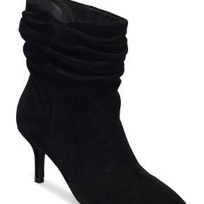Super fine støvler i sort ruskind. Hælene har fået lidt mærker. Se billeder. Sender kun med DAO.