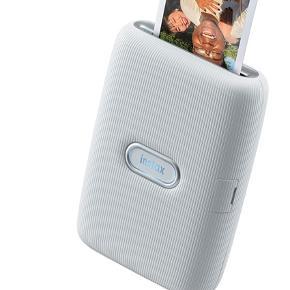 Instax printer. Kan printe billeder direkte fra telefonen. Har printet 2 billeder ellers intet. Der medfølger billeder med til som har kostet 99kr. Byd!