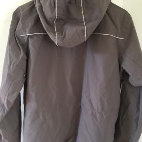 Super cool shell jakke. Mange fede detaljer. Har sat den i kategorien brun, men den er vel gråbrun. Kan også bruges af drenge. Aldring brugt. Str. 146-152. Vind- og vandtæt OG åndbar!   #30dayssellout