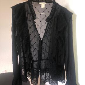 Fin bluse fra H&M, passer en M men er en 42  Bytter ikke og køber betaler fragt 🌞
