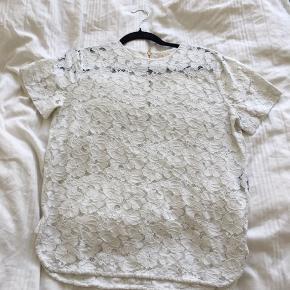 Smuk bluse fra det danske mærke Aloud. Den er ikke fra isabel Marant, men ligner meget i stilen. Næsten ikke brugt!  Priserne i min shop er vejledende, så byd gerne! Jeg tager ikke billeder med tøjet på, og mødes ikke og handler, men ellers vil jeg altid være behjælpelig med eventuelle spørgsmål 🌸 Jeg sælger ikke tøj, som jeg ikke selv ville gå med, og derfor er alt tøjet i min shop også i god stand. Køber betaler altid fragt. Jeg glæder mig til at handle med dig 😄