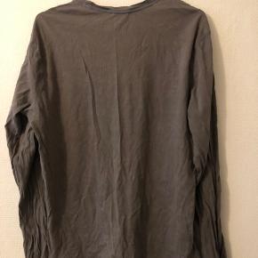 Jeg sælger min Calvin Klein trøje da jeg ikke bruger eller kan passe den længere. Den ser ikke slidt ud i farvel eller i skriften, men har dog et lille bitte hul, som er vist på et af billederne, det skete da jeg sad fast i noget. Men den er stadig vildt brugbar og i rigtig god stand