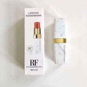 Richmond & Finch lipstick Powerbank i hvid marmor. Kassen medfølger. Bytter ikke :)