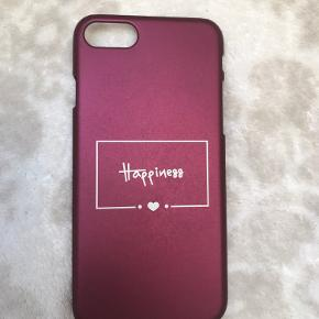 Flot IPhone 7/8 cover med tekst og utrolig blød overflade. Det lille stykke plastik omkring skru op og ned knapperne blev beskadiget ved levering