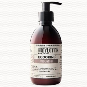 Parfumefri body lotion (300 ml) fra det danske mærke Ecooking. Den er kun anvendt 1 eller 2 gange og derfor nærmest som ny. Sælges udelukkende fordi jeg allerede har en i en mindre udgave.   Effekt: fugtgivende, udglattende på appelsinhud, samt opstrammende effekt på huden. Fri fra parfume og kemikalier og derfor det oplagte valg til hudpleje, især hvis du har sensitiv hud.  BYD!