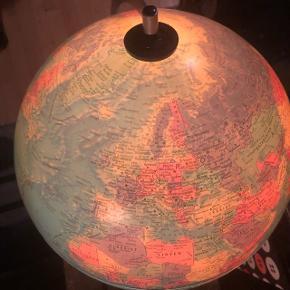 Scanglobe globus type x. 30cm diameter made in Denmark. Med lys. Bruger 25w pære. I fin stand.