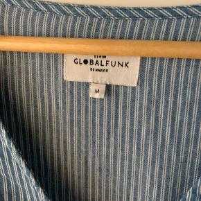 Kun brugt én gang. Fin slå-om kjole fra Global Funk. Byd gerne.