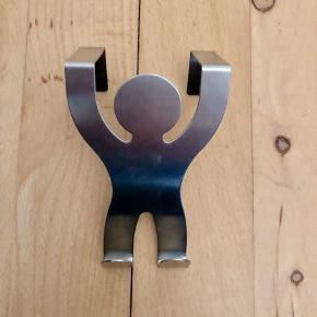 Knage til at hænge på døren 🚪 I stål formet som en mand 🕺🏻 Har aldrig været brugt ✨ Original pris: ca. 25 kr. 💰 Nu: 10 kr. 👌🏻