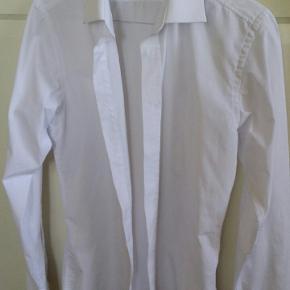 65% polyester, 35% bomuld, god kvalitet, kun brugt en gang (nypris kr. 399.-)