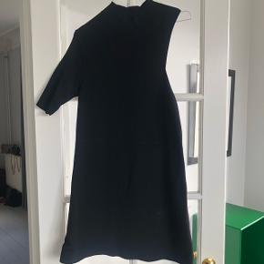 Malene Birger one shoulder kjole. Passer 34-36