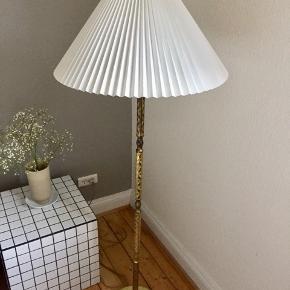 Så smuk, antik messing gulvlampe inkl. pære + skærm som muligvis er Le Klint, men jeg husker det ikke.   Skærmen er en ældre model, men stadig flot og hvid.   Skal hentes i Ågade i Aalborg, ellers kan den leveres i Aalborg hvis man køber den for prisen som er sat.
