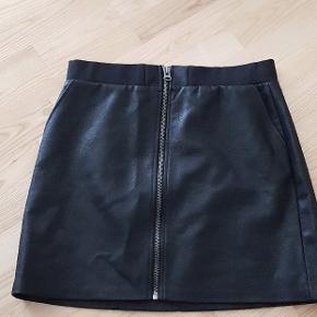 Lækker nederdel i imteret læder str.42 helt ny