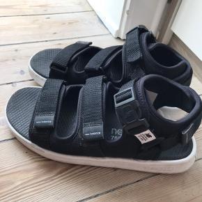 The hero model, SD750, med ACTEVA midsole, Abzorb footbed, neoprene og nylon features, købt sommeren 2019 i Tokyo, Japan og brugt den ene sommer. Super cool chunky sandal. Unisex. Man går fantastisk i dem.