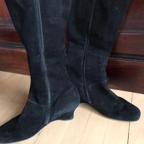 Elegant ruskinds støvle af mærket Gabor - støvlerne er brugt og har få brugsspor - prisen er sat derefter