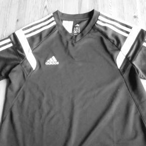 Beskrivelse Brand: Adidas NY Kategori : T shirts Ny Adidas sportstrøje, der blev for lille inden den kom i brug. Climacool V hals udskæring Brystvidde 2 x 41 cm. Længde 67 cm. 100 % polyester Sender som forsiklret pakke med DAO uden omd TS pay eller mobil pay