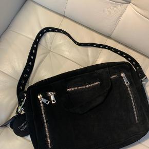 Super flot sort Núnoo taske i ruskind. Den er aldrig brugt og ny med prismærke da det var et fejlkøb