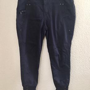 Fine bukser med fede detaljer ved anklerne, brugt få gange og fremstår som nye.
