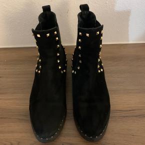 Cool støvle i sort ruskind med guld nitter.  Brugt et par enkelte gange, og fejler absolut intet.  Kan prøves/ afhentes i Gentofte ellers sender jeg med DAO