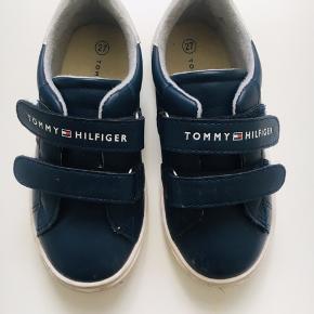 Tommy Hilfiger Sneakers til dreng eller pige. Perfekt til efteråret eller kolde sommerdage. Str 27. Nypris 699,-. Køb nu til 300,-