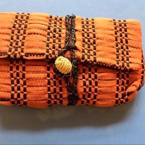 NB DEN GULE ER SOLGT. Fine clutches fra italienske Maria la Rosa der bla forhandles hos Lubarol&Holly Golightly i CPH. Begge har kun været brugt 2-3 gang og er i perfekt stand uden huller, pletter, fnuller eller lign. Den gule måler ca. 25x18 cm. Den orange måler ca. 24x16 cm. Hangtags medfølger ved køb af den orange. Søgeord: Maria la Rosa clutches tasker pung taskenhåndtaskebvævetnhåndlavet håndhævet orange sort gul sølv beige strå knap