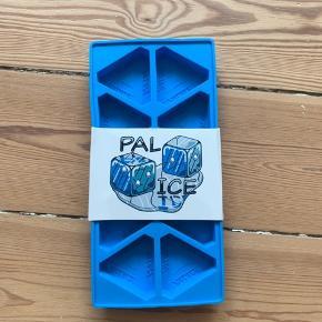 PALACE ICE CUBE TRAY  NEVER USED. 10/10  FITS WITH PALACE, SUPREME, BAPE, OFF WHITE, YEEZY, WOOD WOOD, ACW, HERON PRESTON