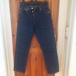 The original legendary model 501, size 29/30. Was 32, but a tailor made it to 30, still with the original seeming on the bottomlegs as you can see on the pic. Can be used by women as well:)