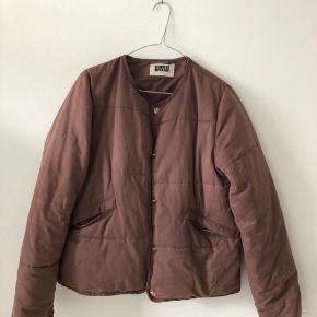 Overgangsjakke fra Weekday 💜 Den er mere mørk rosa end lilla.   Den er brugt godt, men den fejler ikke noget særligt.