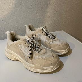 Skoene har ikke været brugt synderligt, de ville se næsten nye ud, hvis de blot fik en vask. Min pris er 150kr, men giv gerne et bud😁