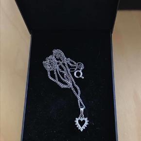 Smuk sølvhalskæde ved sølvvedhæng hjerte med zirkonia hele vejen rundt (begge har stempel 925).  Kæden er 42cm.   Samlet ny pris 799kr.  Sælges for 300kr pp
